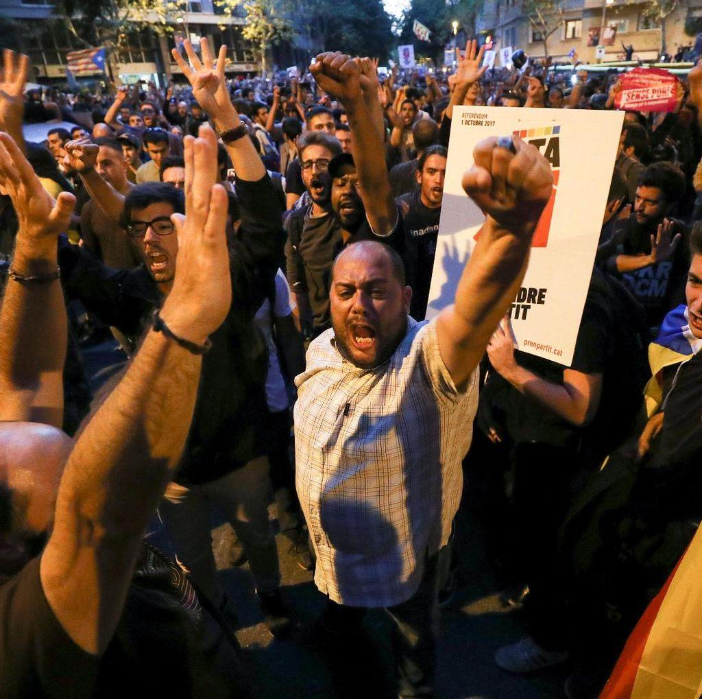 Polisi Spanyol Tangkap Menteri Katalan, Warga Barcelona Turun ke Jalan