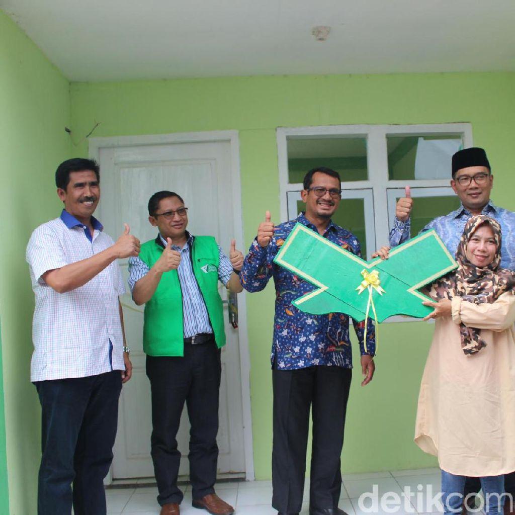 Ridwan Kamil Serahkan Bantuan Rumah Bagi Korban Banjir dari Netizen