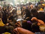 Video: Malam 1 Sura Mangkunegaran, Warga Rebutan Air Kembang