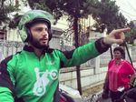 Driver Ojek Online Bule ini Bikin Heboh Medsos, Minat Diantar?