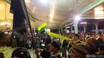 Malam 1 Suro di Istana Mangkunegaran, Warga Berebut Air Kembang