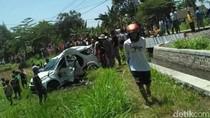 Disambar KA, Mobil Berisi 4 Orang PNS Terlempar ke Tepi Sawah