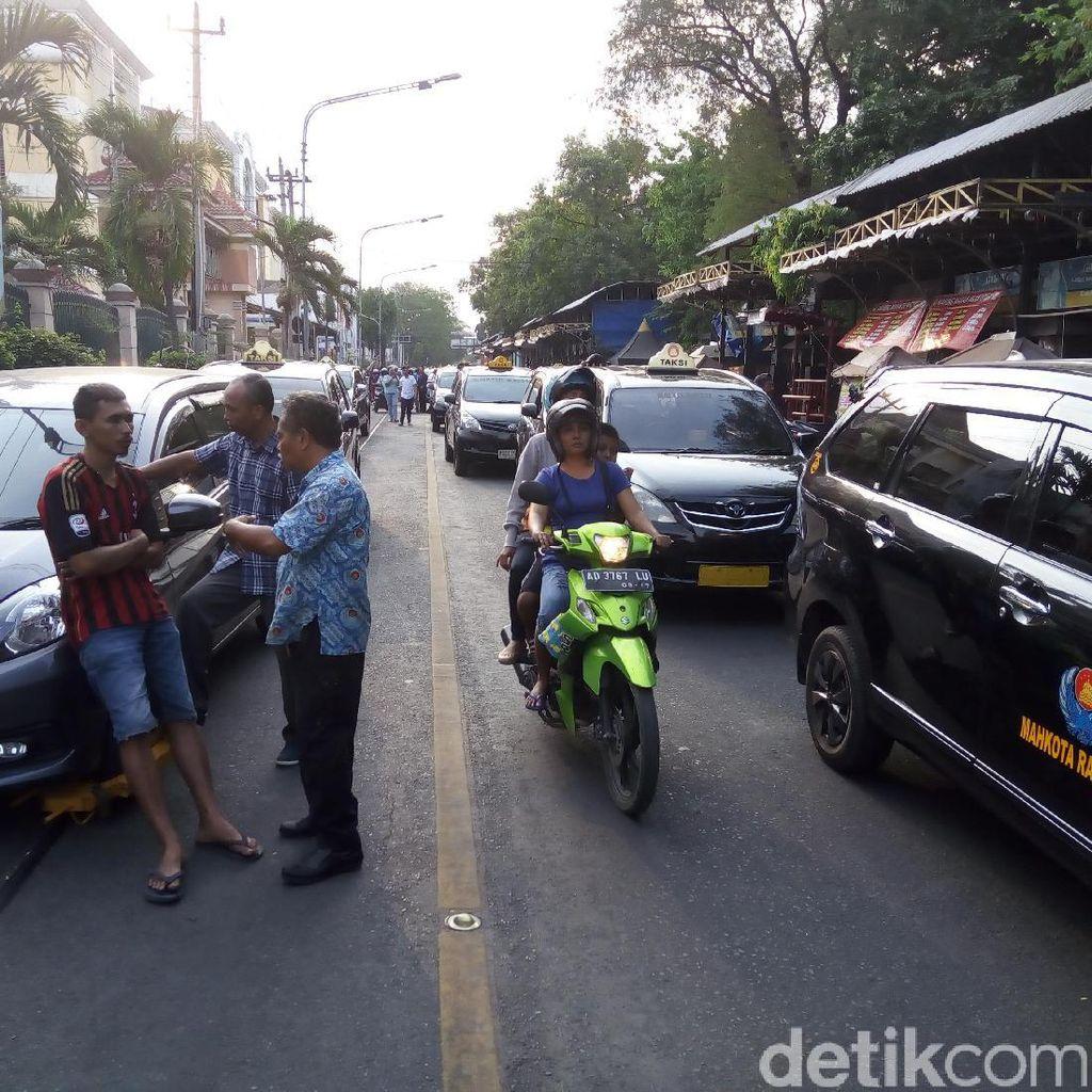 Ribut dengan Petugas Dishub, Sopir Taksi di Solo Aksi Blokade Jalan