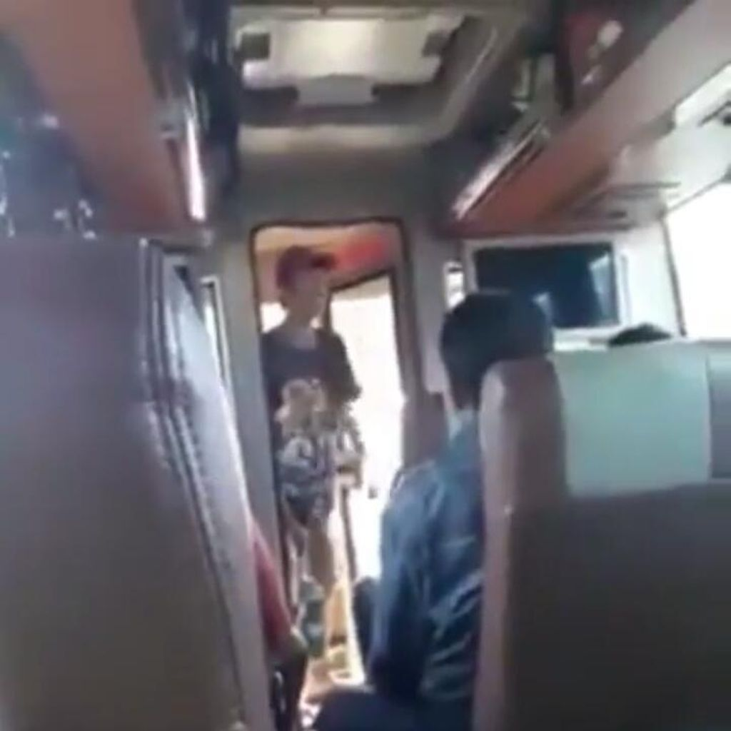 Viral Video Pengamen Ngotot yang Bikin Penumpang Kesal di Terminal