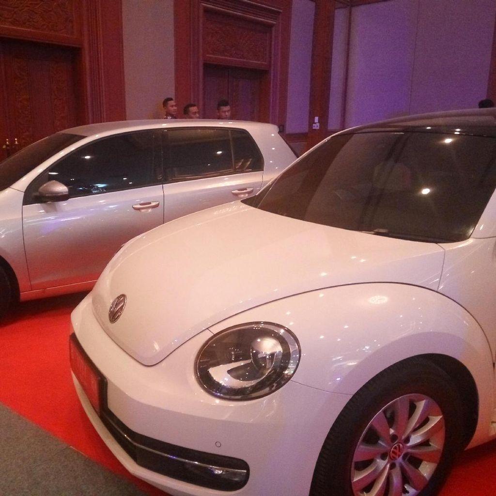 Foto: 19 Mobil Koruptor Jadi Rebutan Ratusan Orang di JCC