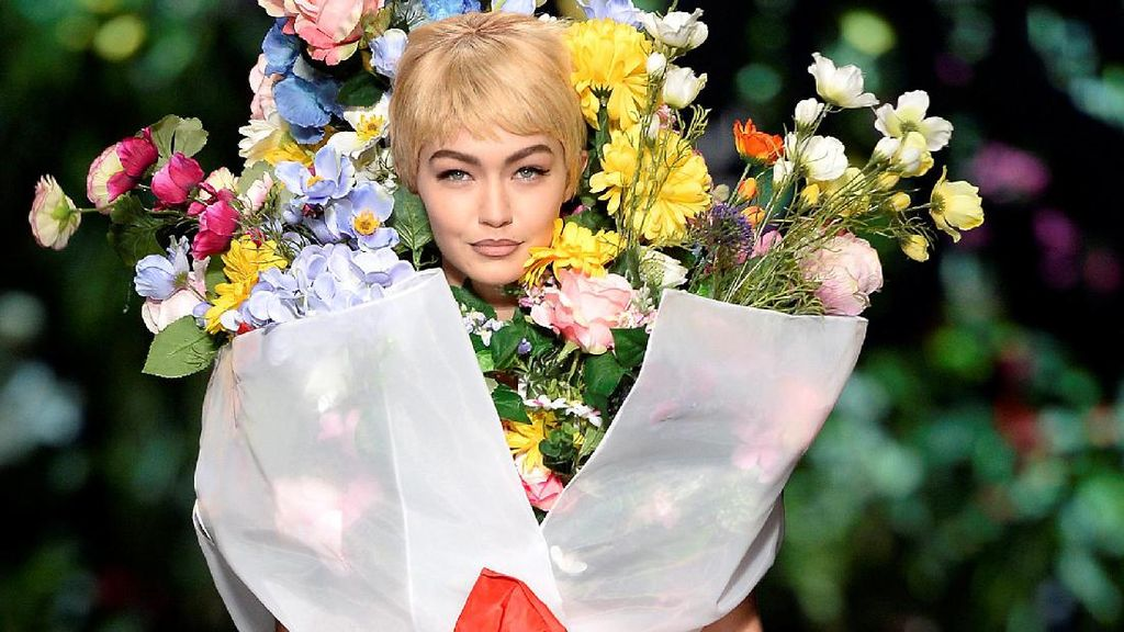 Gigi Hadid Berubah Jadi Buket Bunga Raksasa di Show Moschino, Milan