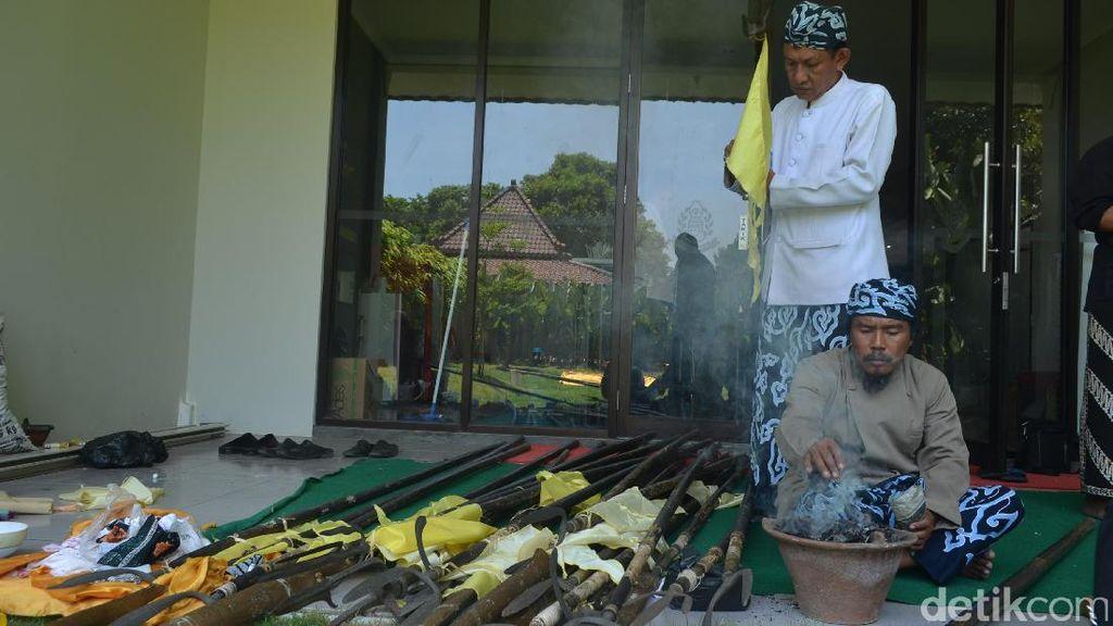 Tahun Baru Islam, Keraton Kasepuhan Cirebon Mandikan 1.000 Pusaka