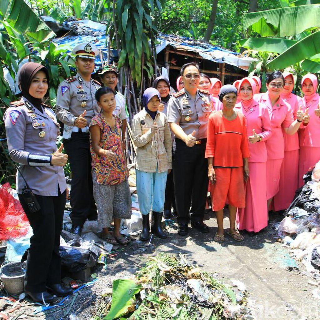 Peringati HUT Polantas, Polisi di Bogor Berbagi ke Pemulung