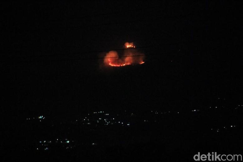 Petugas Kesulitan Tembus Lokasi Kebakaran - Bandung Kebakaran lahan ilalang terjadi di Gunung Salasih Blok Desa Kecamatan Kabupaten Jawa Petugas pemadam kebakaran mengalami kesulitan