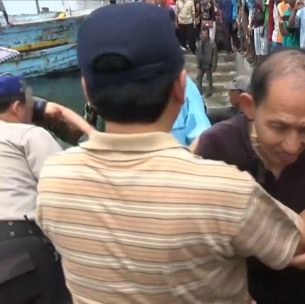Kapal Pecah Dihajar Ombak, 7 Penumpang Terombang-ambing di Lautan
