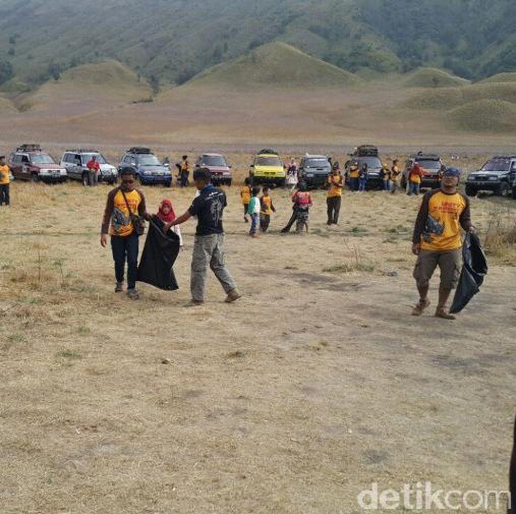 Ratusan Pecinta Mobil SUV Bersih-bersih di Jambore Gunung Bromo