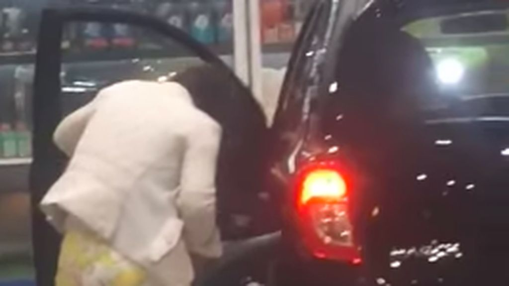 Wanita Ini Isi Tangki Bensin Mobil Pakai Air
