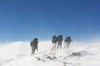 Apa yang Harus Pendaki Gunung Lakukan Saat Diterjang Badai Salju?