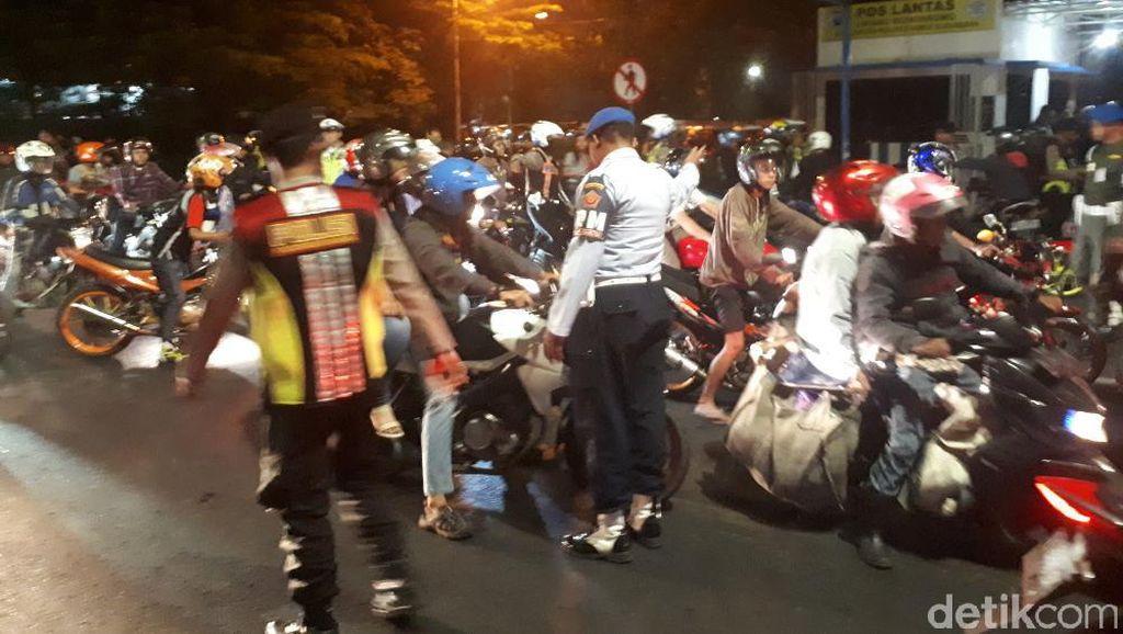 Brutal! Ulah Pemotor Hindari Razia di Surabaya