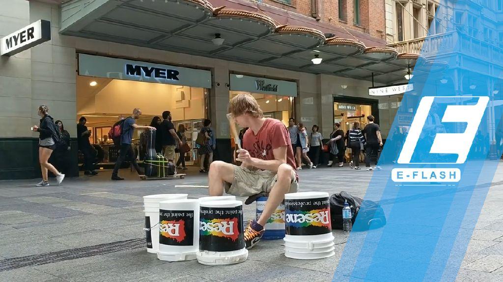 Keren! Cuma Pakai Ember, Drummer Ganteng Ini Unjuk Gigi di Jalanan