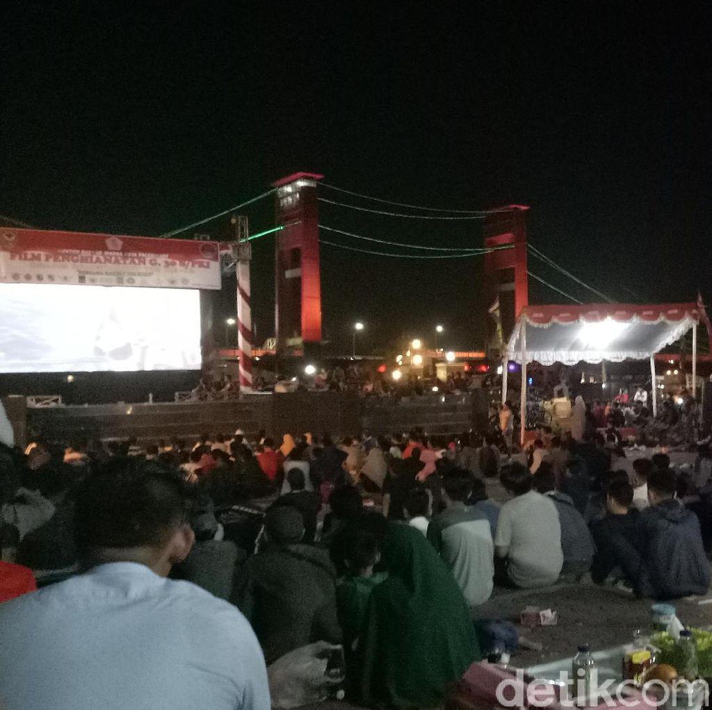 Warga di Palembang Antusias Nobar G30S/PKI di Dekat Jembatan Ampera