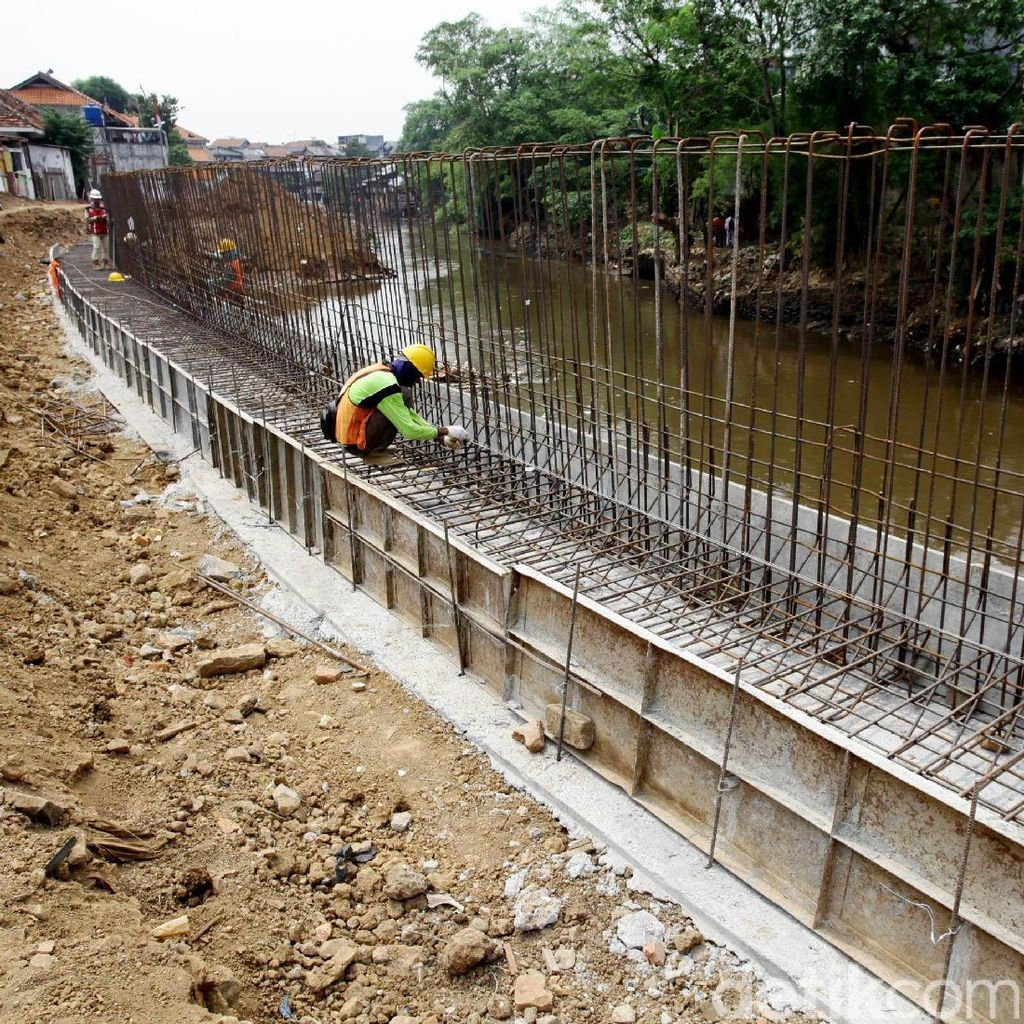 Pembangunan Tanggul di Sepanjang Proyek Normalisasi Ciliwung