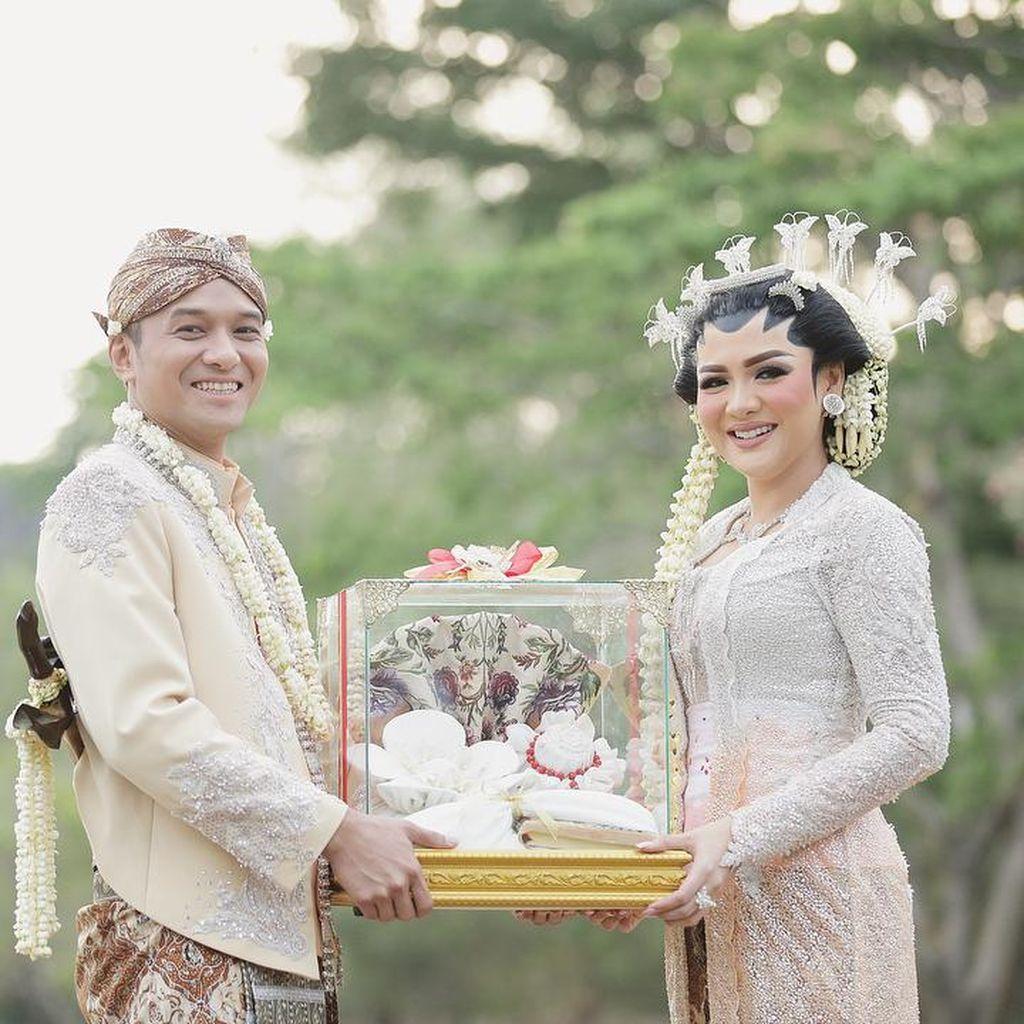 Mengintip Kegiatan Vicky Shu dan Suami Pasca Menikah