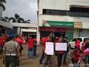Puluhan Eks Pegawai 7-Eleven Demo Tuntut Gaji Hingga Pesangon