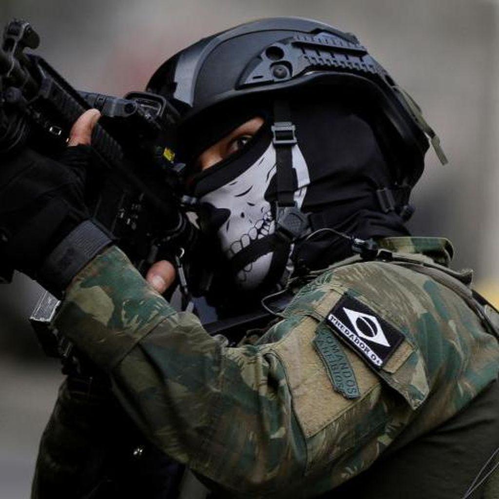 Foto: Bertopeng, Begini Aksi Polisi Militer di Brasil Gerebek Bandar Narkoba