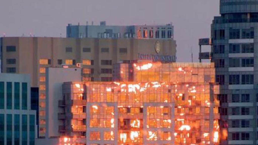 Gedung Terbakar dan Deretan Foto yang Menipu Mata