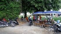 Warga Datangi Lokasi Penemuan Patung Mirip Badut Film It