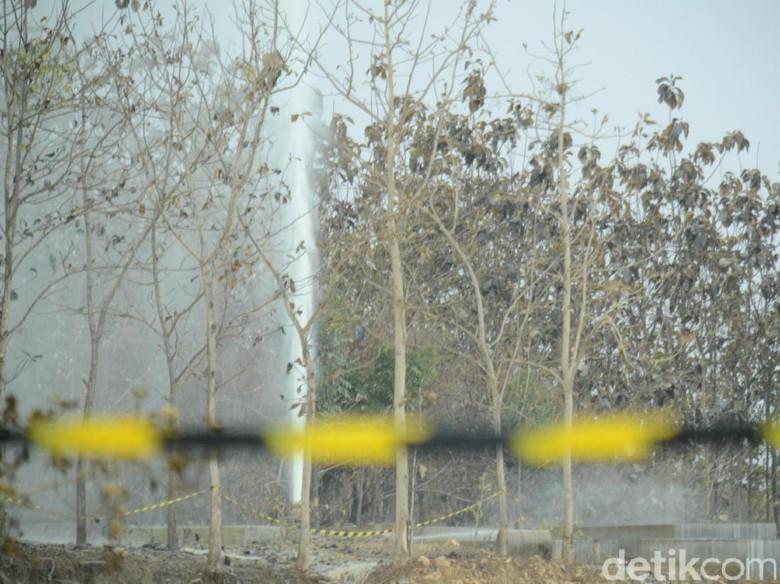 Hari Semburan di Bekas Sumur - Blora Semburan air yang muncul di bekas sumur minyak yang berada di Dukuh Desa Kecamatan hingga Selasa diketahui