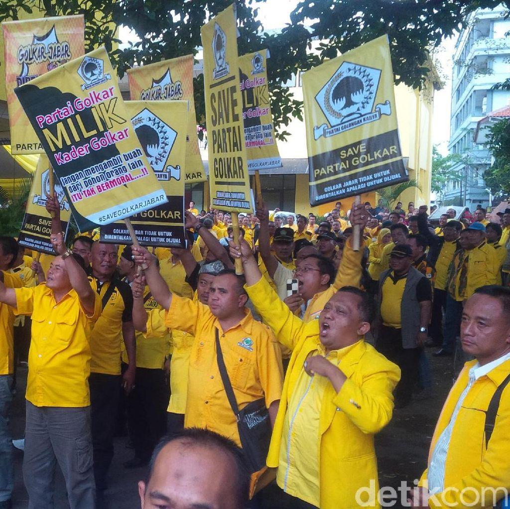 <i>Support</i> Dedi Mulyadi, Ratusan Kader Datangi Kantor Golkar Jabar