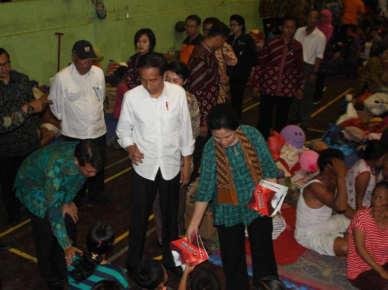 Jokowi Beri Bantuan Senilai Rp 7,2 M ke Pengungsi Gunung Agung
