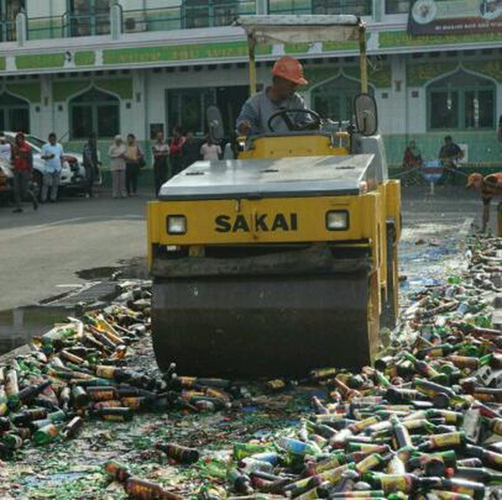 Ribuan Botol Miras di Jakarta Selatan Dimusnahkan
