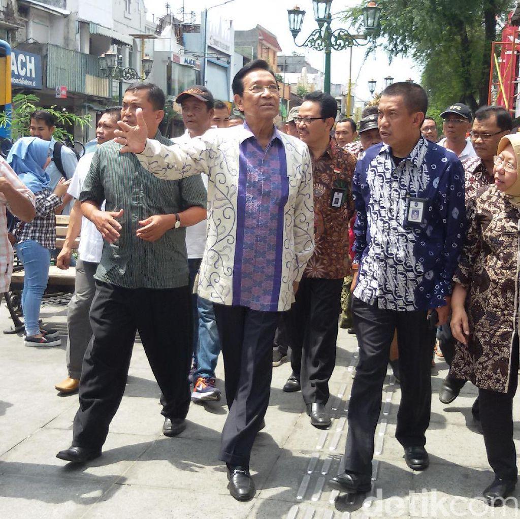 Sultan HB X Berjalan Kaki Nikmati Suasana Malioboro Yang Bebas PKL