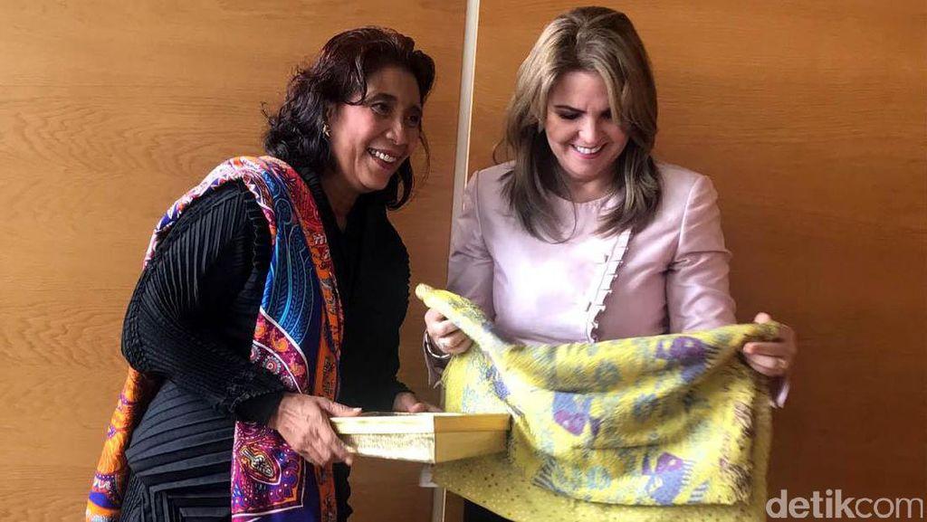 Hangat, Susi Beri Kain Batik ke Menteri Perikanan Ekuador