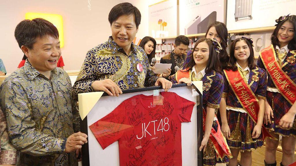 Pendiri Xiaomi Berbatik Datang ke Bekasi Disambut JKT48