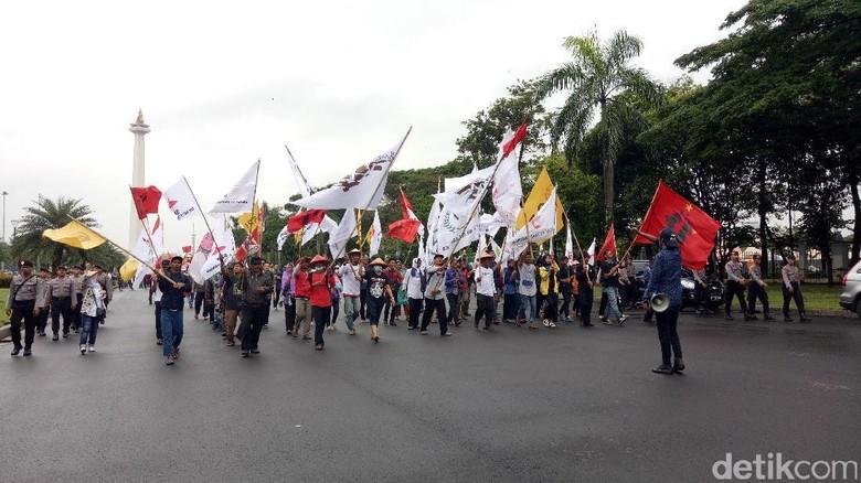 Diguyur Massa Aksi Hari Tani - Jakarta Massa aksi Hari Tani masih melanjutkan aksinya meski diguyur Mereka dengan penuh semangat meneriakkan berbagai dan untuk