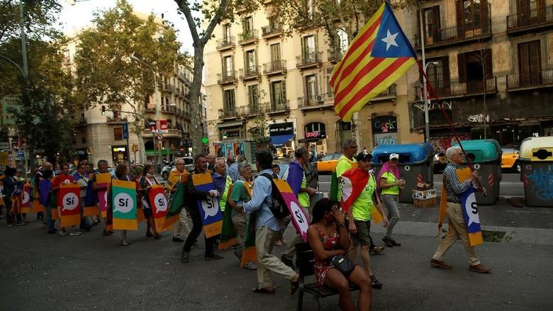 Cegah Referendum, Polisi Spanyol Tutup Ribuan TPS di Catalonia