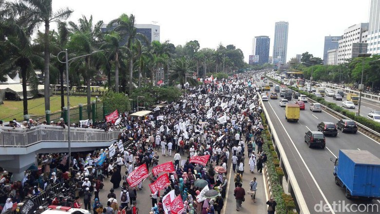 Ada Aksi di Depan TransJ - Jakarta Rute bus TransJakarta yang melintasi gedung dilakukan penyesuaian karena ada Aksi Rute TransJ koridor arah Grogol masuk