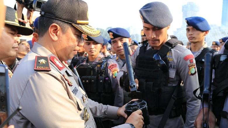 Wakapolda Metro Cek Tidak Ada - Jakarta Wakapolda Metro Jaya Brigjen Purwadi melakukan pengecekan terhadap personel yang melaksanakan pengamanan aksi di Gedung Dipastikan tidak