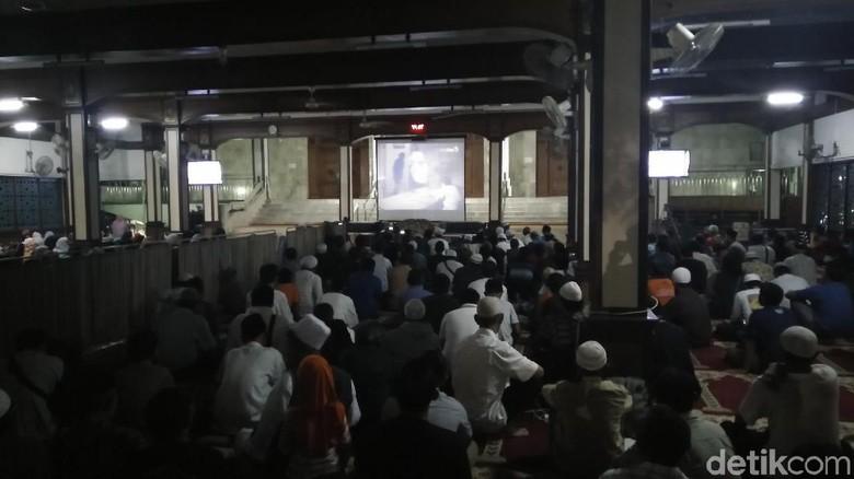 Malam Warga Nobar Film di - Jakarta Masjid Sunda Jakarta menggelar nonton bareng film Warga terlihat antusias saat menonton film di Masjid Sunda Jakarta