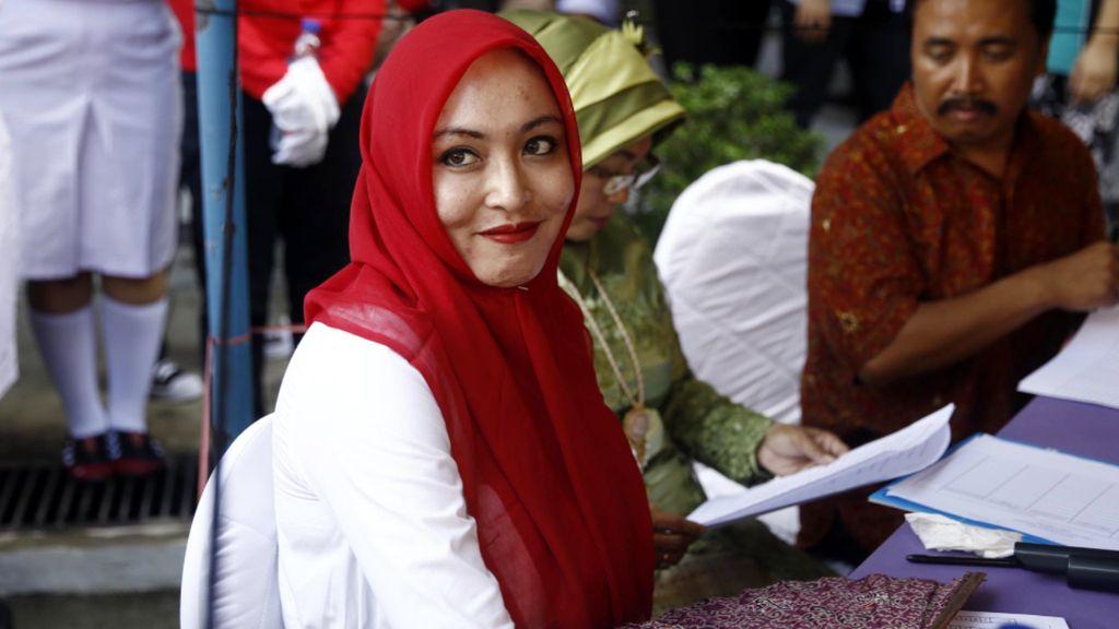 Gaya Hijab Warna-warni Angelina Sondakh