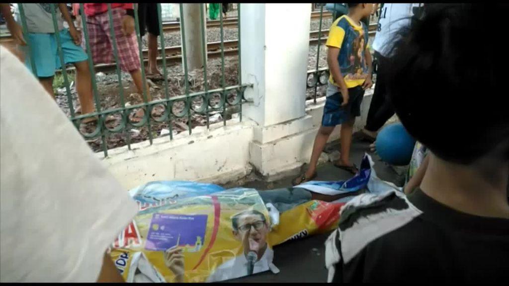Terabas Pagar Bolong, Pria Tertabrak Kereta di Pasar Minggu