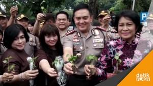 Priitt.. Polisi Surabaya Bagi-bagi Cabai ke Pengendara