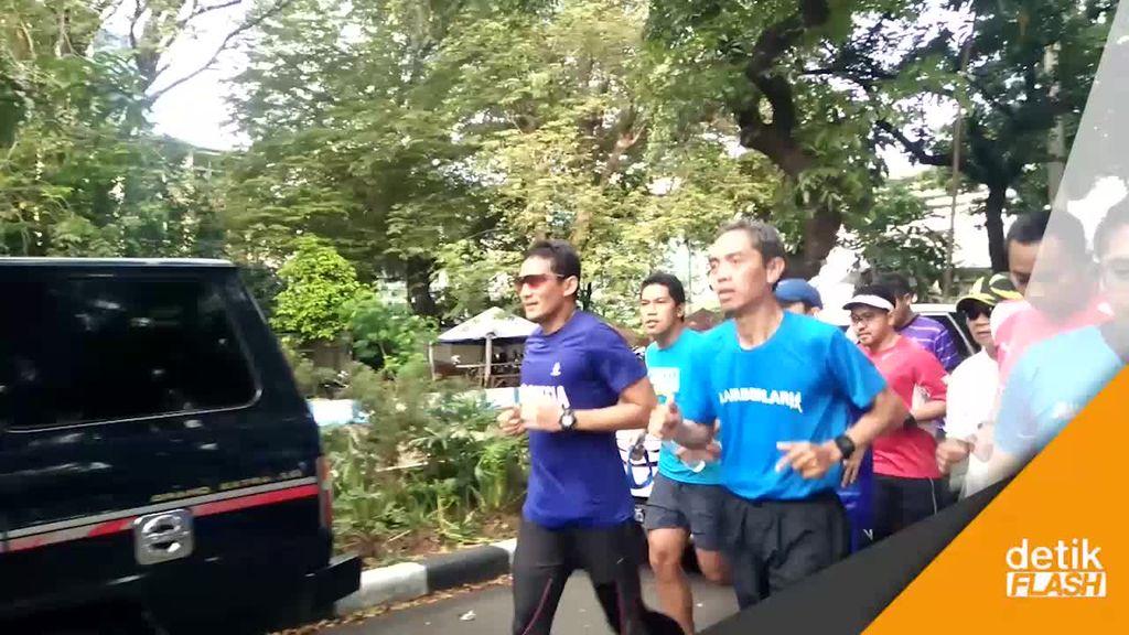 Lari di Bundaran HI, Sandiaga Diserbu Selfie oleh Warga