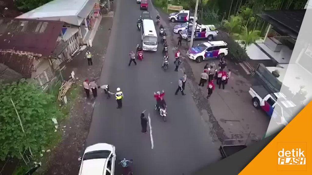 Polisi Olah TKP Kecelakaan Maut di Puncak