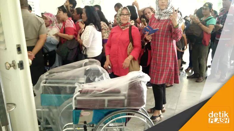 Kursi Roda dan Tongkat Buat Ahok