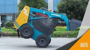 Aksi Akrobatik Traktor Mini dari China