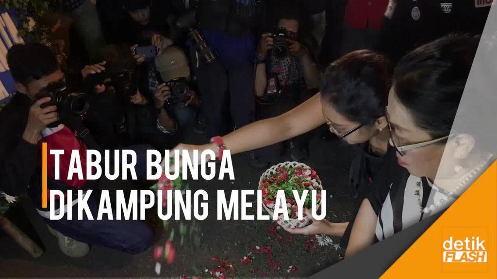 Sejumlah Orang Gelar Aksi Tabur Bunga di TKP Bom Kampung Melayu