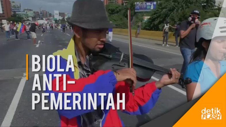 Aksi Pemain Biola di Tengah Protes Terhadap Pemerintah Venezuela