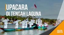 Warga Kampung Laut Lakukan Upacara di Tengah Laguna