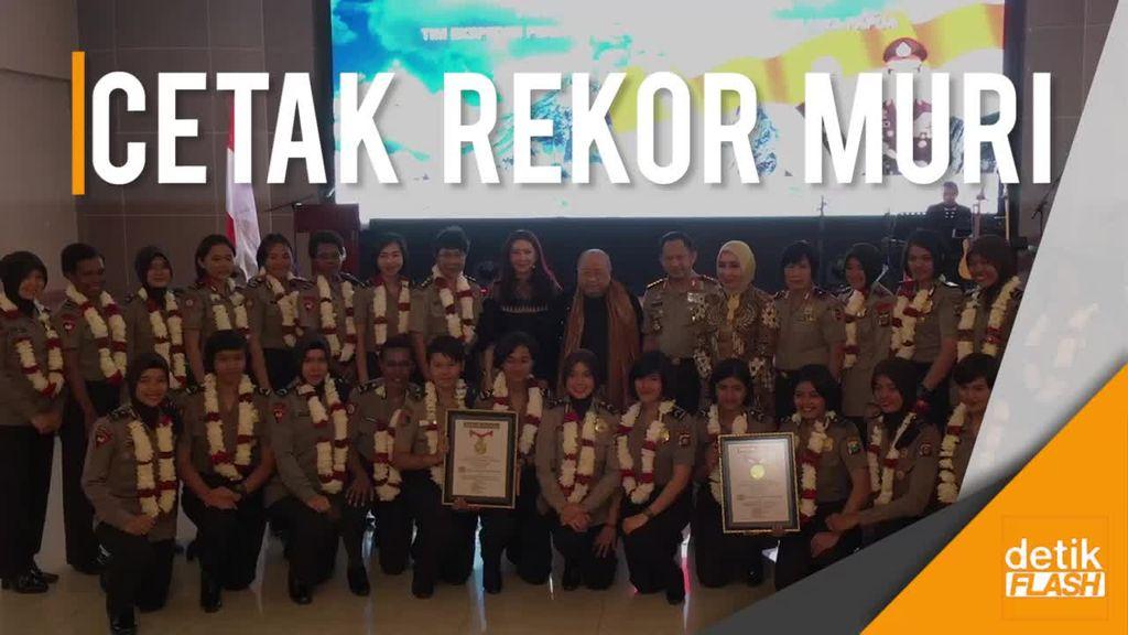 Melihat Aksi Polwan Taklukkan Puncak Carstensz Jaya Wijaya