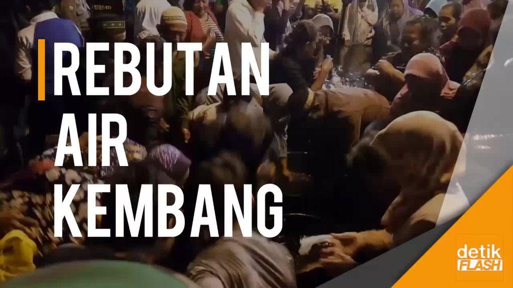 Malam 1 Sura Mangkunegaran, Ratusan Warga Rebutan Air Kembang